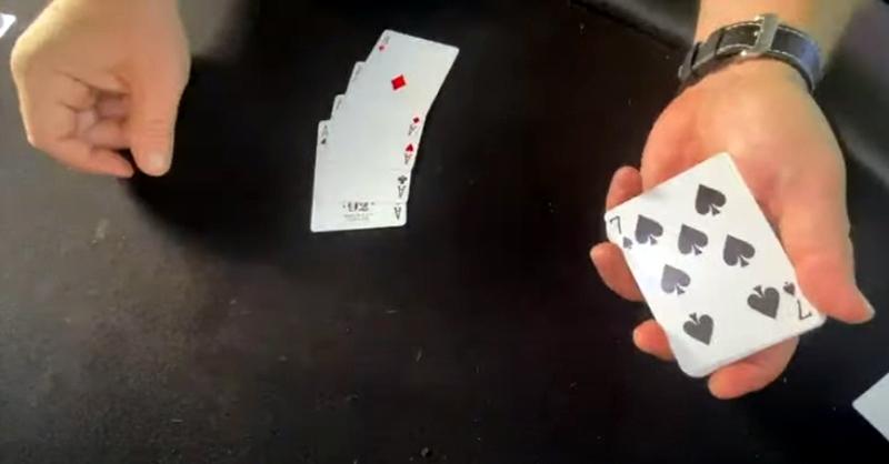Houston Curtis Menunjukkan Keterampilan Manipulasi Kartu-nya